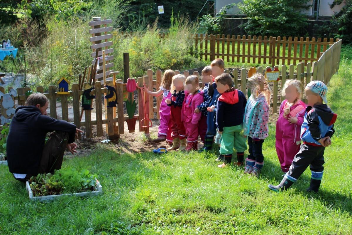 Die Kinder der Kita St.Willibrord am ersten Ackertag